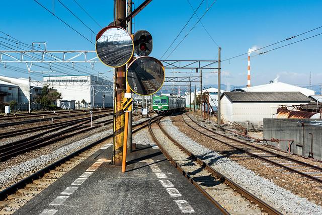 緑色の車体の岳南電車の車両が到着