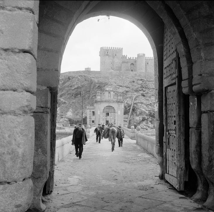 Puente de Alcántara de Toledo en los años 50 fotografiado por Paul Almásy © AKG Images