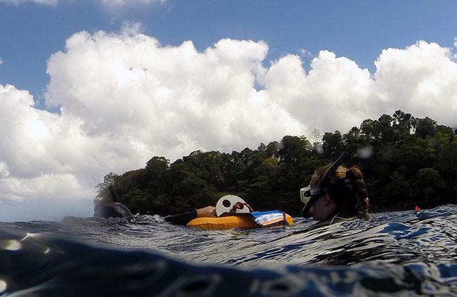 vapaasukellus | Tyttö veden pinnalla.