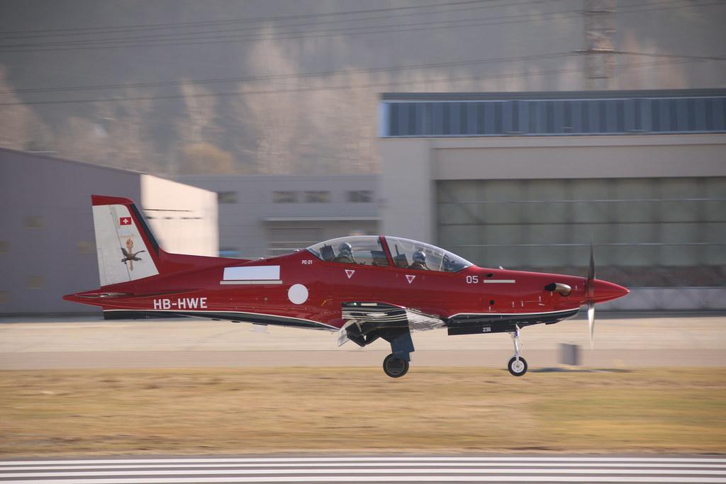 Aéroport - base aérienne de Sion (Suisse) 33077792365_cc305e742a_b