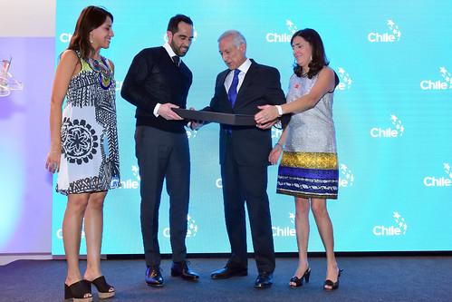 Claudio Bravo recibe el Premio Imagen de Chile