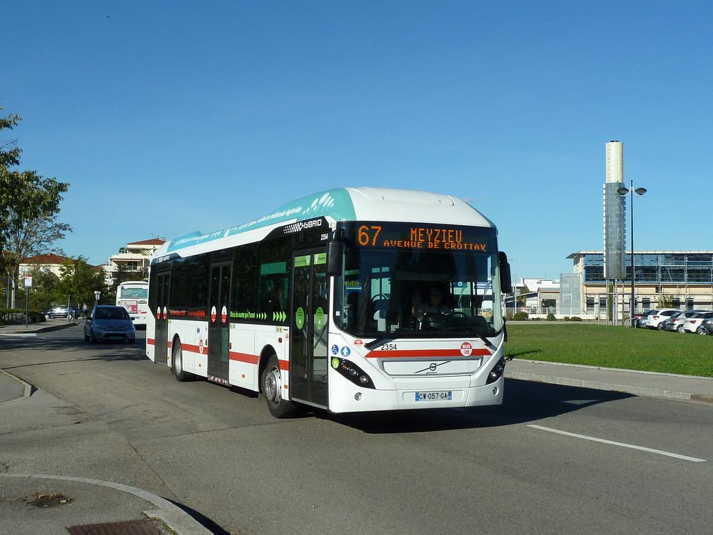... TCL - Volvo 7900 hybrid n°2354 sur la ligne 67, quittant l'