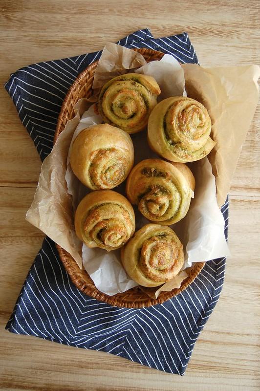 Pesto and cheese rolls / Pãezinhos recheados de pesto e queijo
