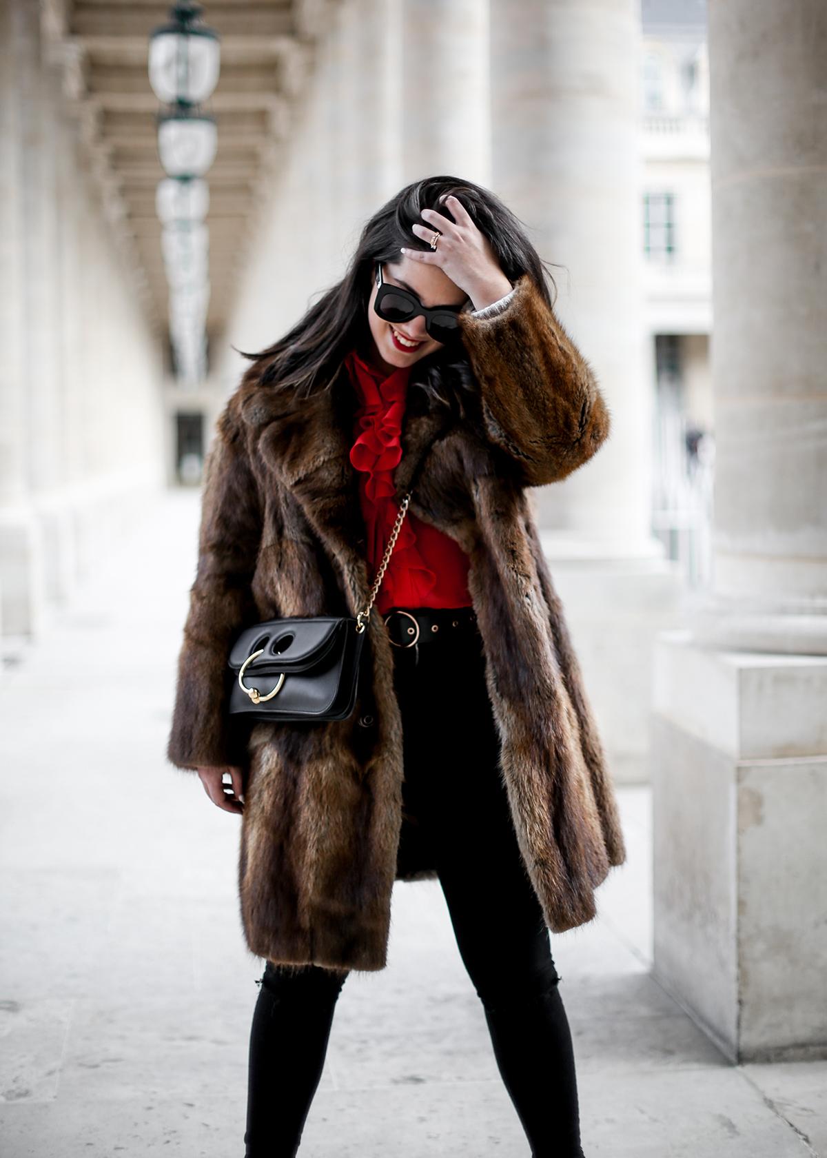 camisa-roja-volantes-pipa-de-la-paz-abrigo-pelo-vintage-look-studded-boots-myblueberrynightsblog8