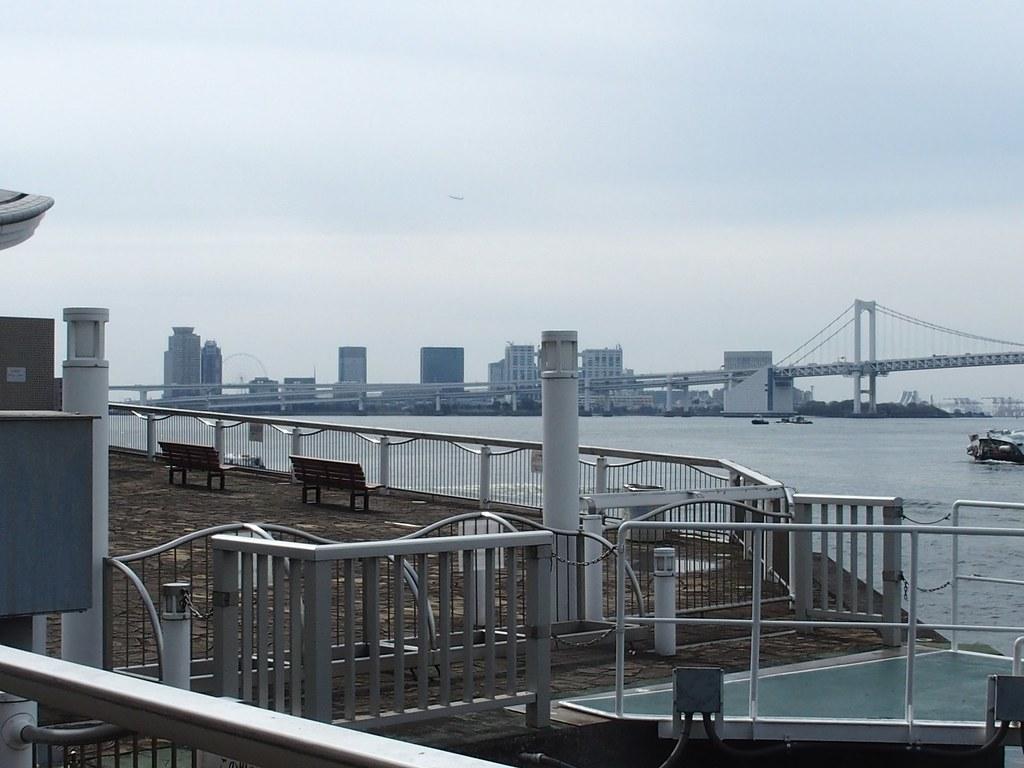 Vy från hotell-piren och konstgjorda ön Odaiba i bakgrunden