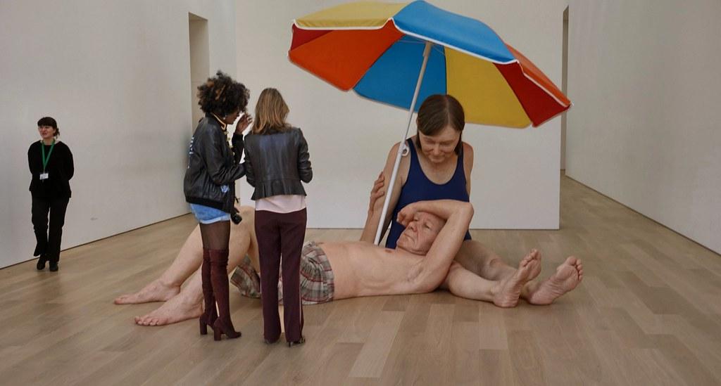 Stel onder een parasol Ron Mueck