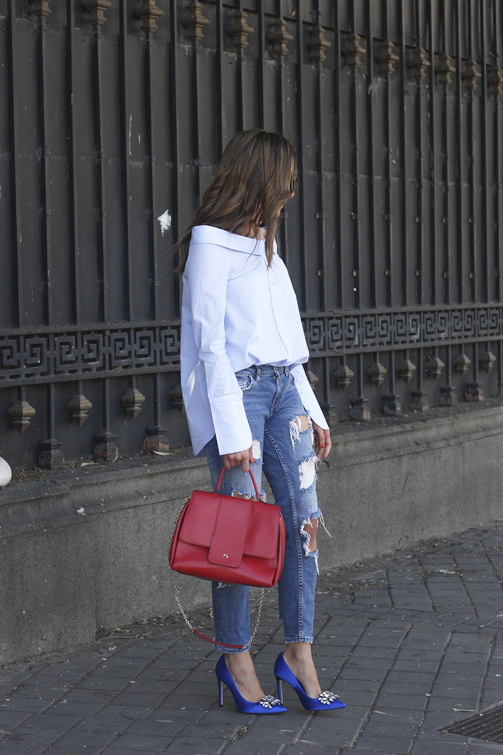 blue klein jewel heels uterqüe ripped jeans striped shirt red bag outfit style fashion01