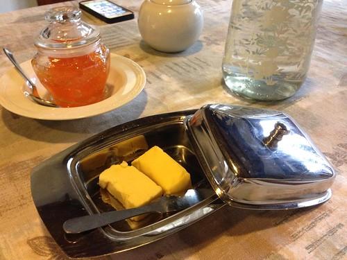 盛果醬的玻璃瓶很美,然後置放牛油的器皿也很傳統英式風格。