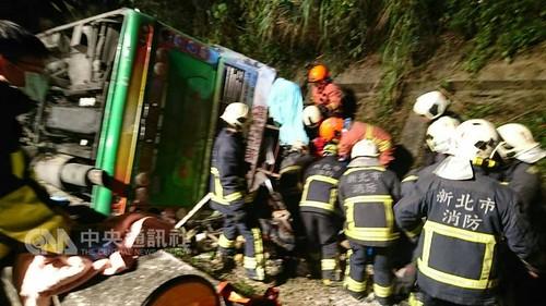 台湾の高速道路でバスが横転。死者33人