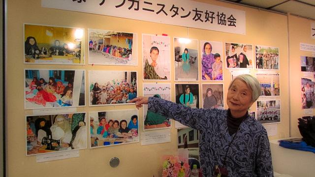 地元の宝塚で開かれた写真展会場での西垣敬子さん(2017年)