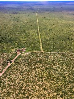 Wasserstelle und Straßen in der Kalahari