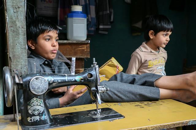 Boys in the bazaar, Jodhpur, India ジョードプル 店番をする子どもたち