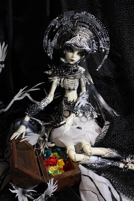 Aliena - Black and White