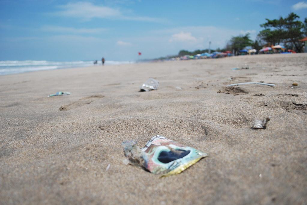 Bali ja roskat | Roskia rannalla.