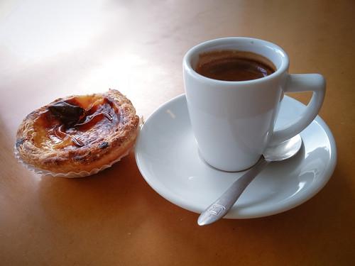 Pastel de Nata e um café