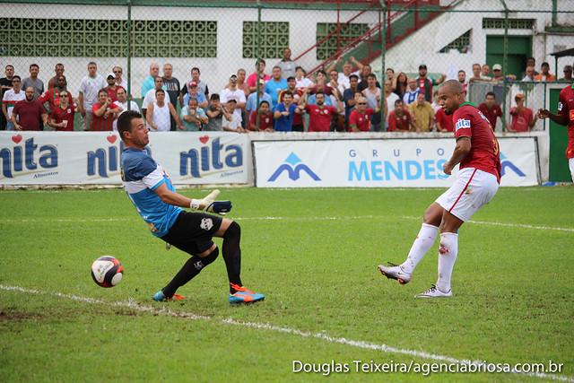 Washington, atacante da Portuguesa Santista, completa para o gol e marca o primeiro tento da Briosa em partida contra o Independente de Limeira, vencida por 3 a 0 pela equipe rubro-verde