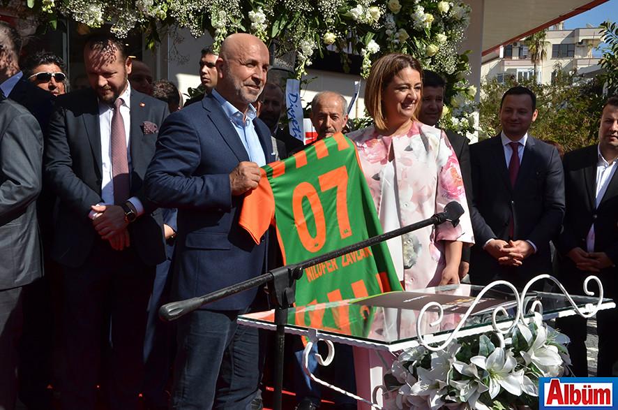 Aytemiz Alanyaspor Kulüp Başkanı Hasan Çavuşoğlu, Alanyaspor futbolcuları tarafından imzalanan formayı Nilüfer Sadullahoğlu Zavlak'a hediye etti.