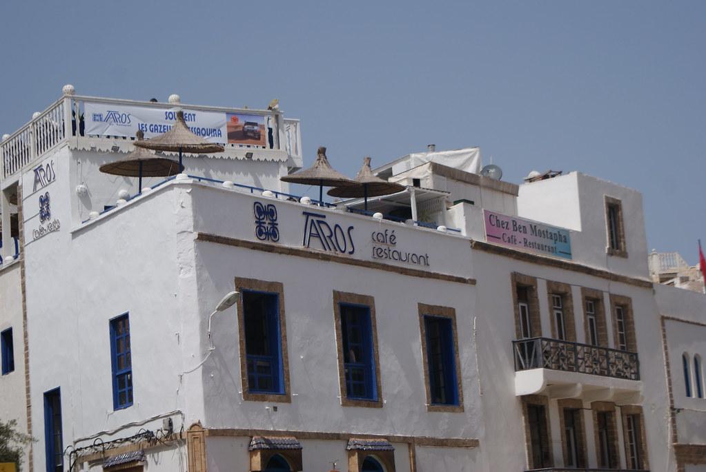 Terrasse du Taros, bar et concert agréable avec une vue plongeante sur le port et les toits de la Médina.