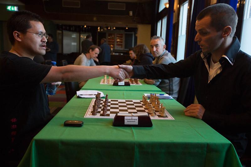 Paulo (l) en Andries wensen elkaar een prettige partij