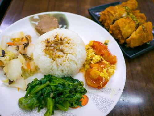 台湾・伍柒玖麵飯水餃館のタイ風鳥もも肉唐揚げ(泰式椒麻雞腿飯)セット