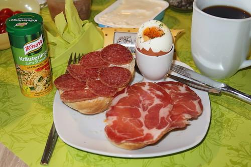 Italienischer Schinken und Sommerwurst auf Brötchen zum Frühstücksei