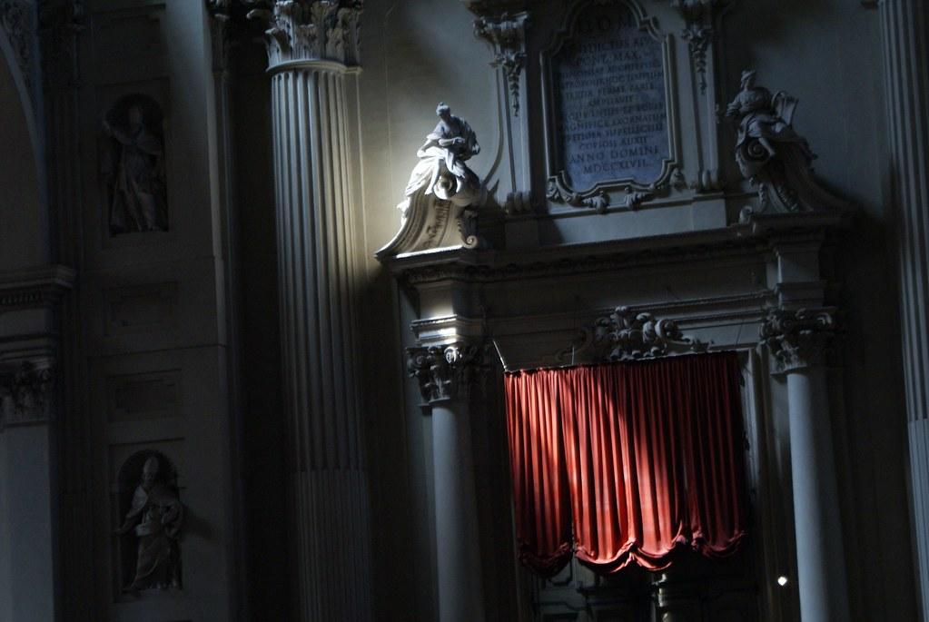 Le rideau rouge renforce le côté dramatique de la cathédrâle San Pietro.