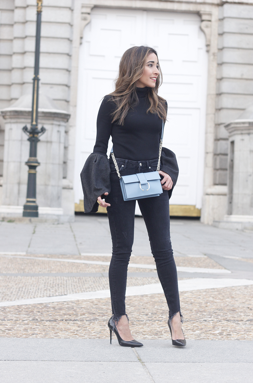 Black sweater with bell sleeves black jeans heels uterqüe bag palacio real madrid street style fashion outfit07