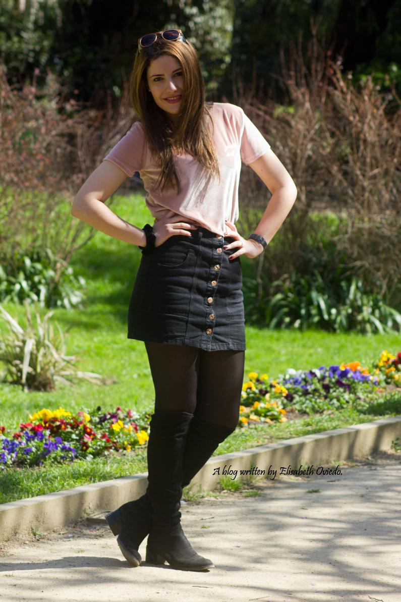 falda negra stradivarius camiseta rosa botas altas tacon funda customizada (4)