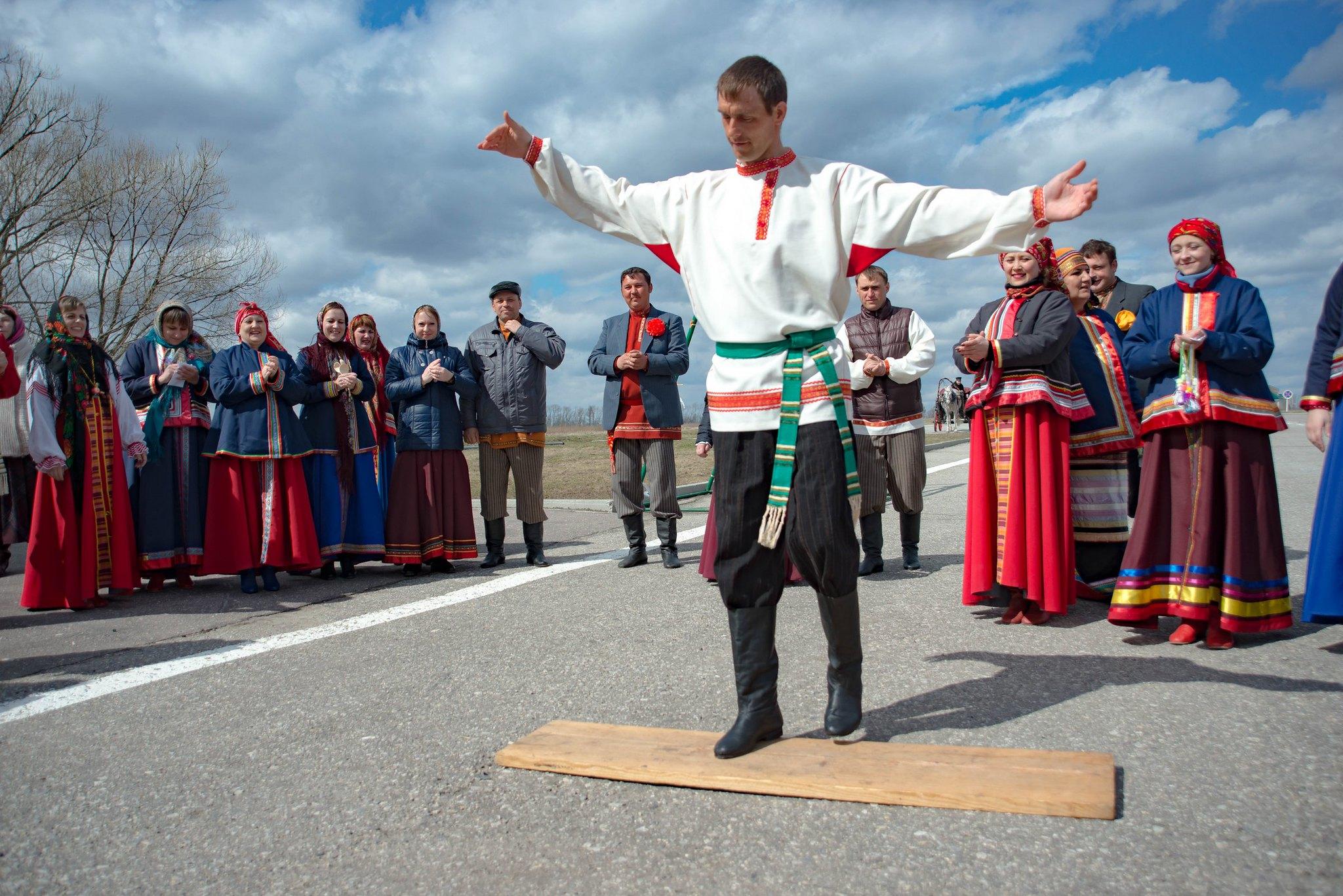 танец фольклорного коллектива музея для посетителей