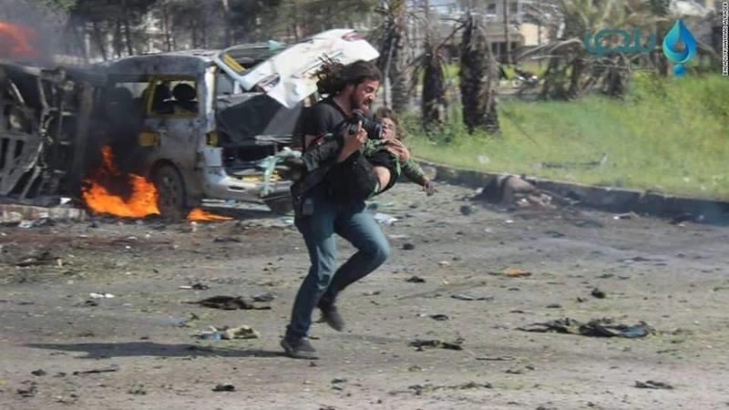 Un photojournaliste syrien aide les victimes des bombardements au lieu de prendre des photos