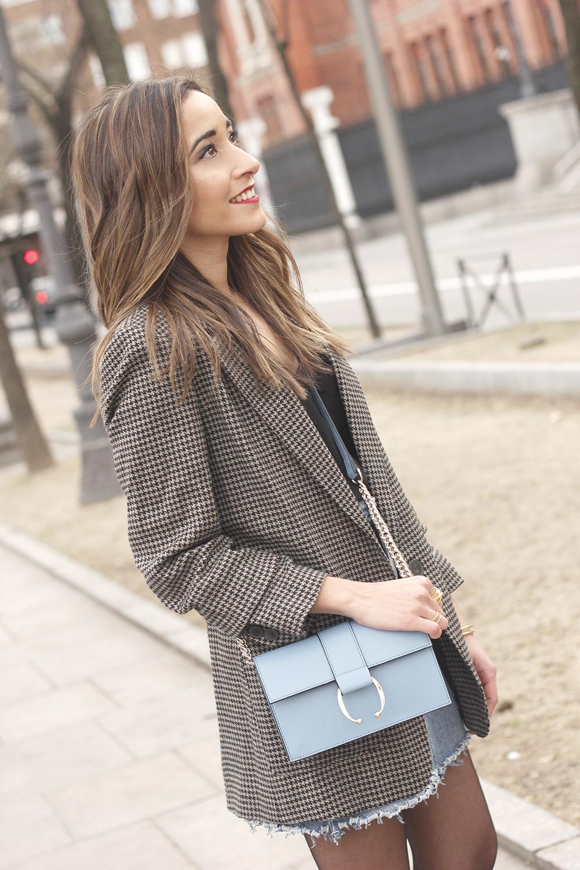 houndstooth blazer jacket denim skirt blue uterqüe bag black heels style fashion outfit10