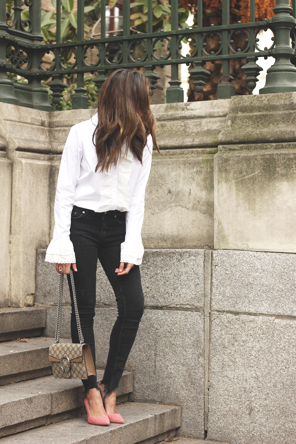 White ruffled shirt pink heels black jeans uterqüe gucci bag céline outfit style02