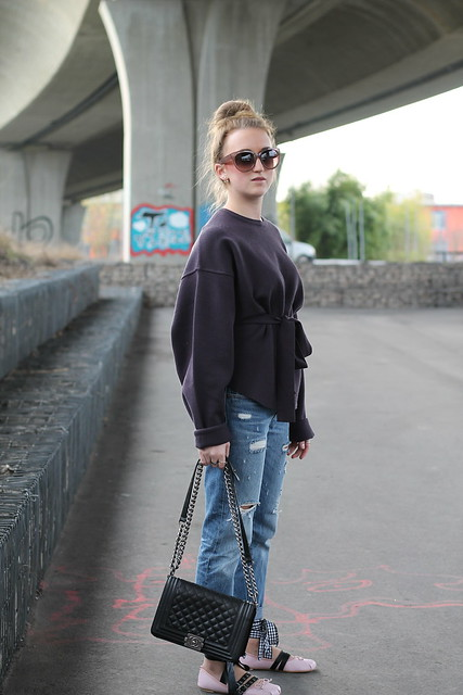 boyfriend-jeans-and-ballerinas-whole-look-side-wiebkembg