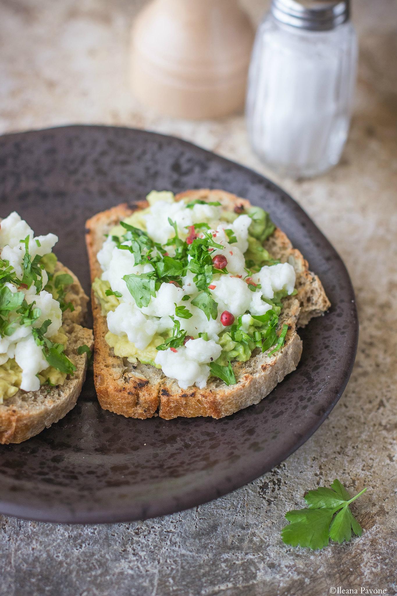 Pane con avocado e albumi