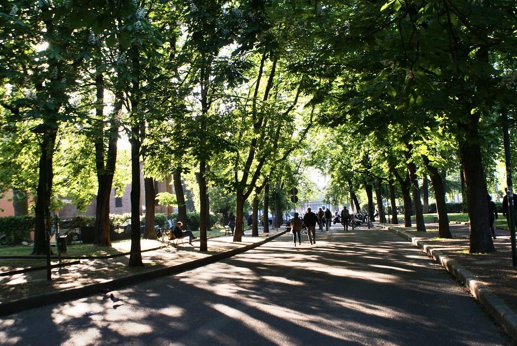 Allées ombragées du jardin Margherita à Bologne.