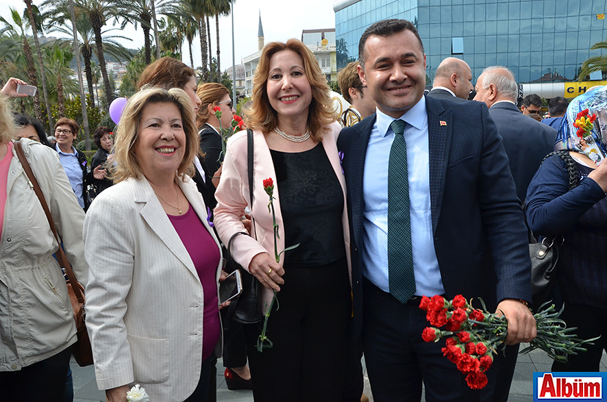 Alanya Belediye Başkanı Adem Murat Yücel karanfil dağıttı.