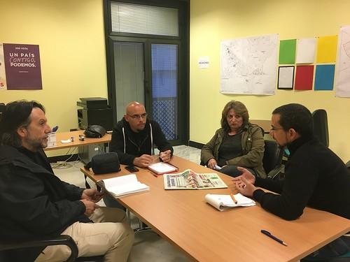 El diputado de Podemos Sergio Pascual en Dos Hermanas abordando la problemática de los trenes de Cercanía