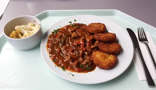 Pork bell pepper goulash with hash browns / Paprikagulasch vom Schwein mit Röstis