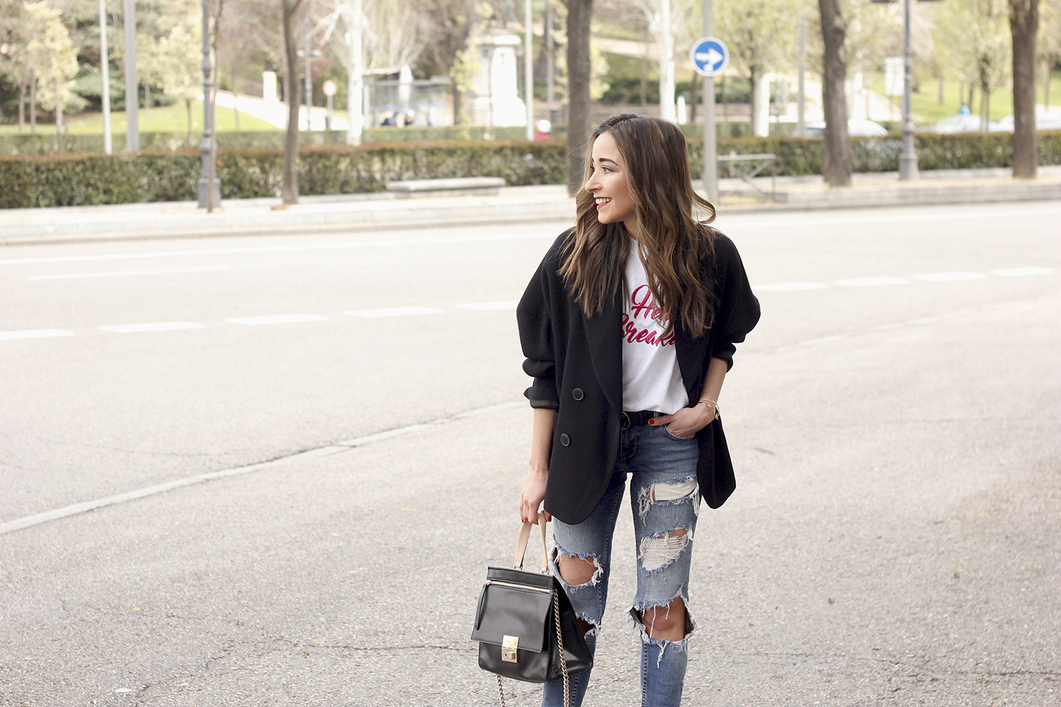 black blazer mango t-shirt heels purificación garcía bag accessories ripped jeans outfit style fashion06