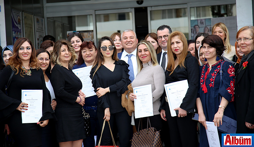 ALTSO Başkanı Mehmet Şahin ve Kadın Girişimciler toplu olarak poz verdi.