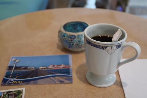 Kaffee in einem der Aufenthaltsbereiche der Wellness-Landschaft des Travel Charme Hotels Kurhaus Binz