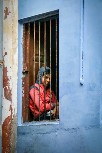 A girl sitting on the window, Jodhpur, India ジョードプル旧市街 青い壁の民家の窓べに座った少女
