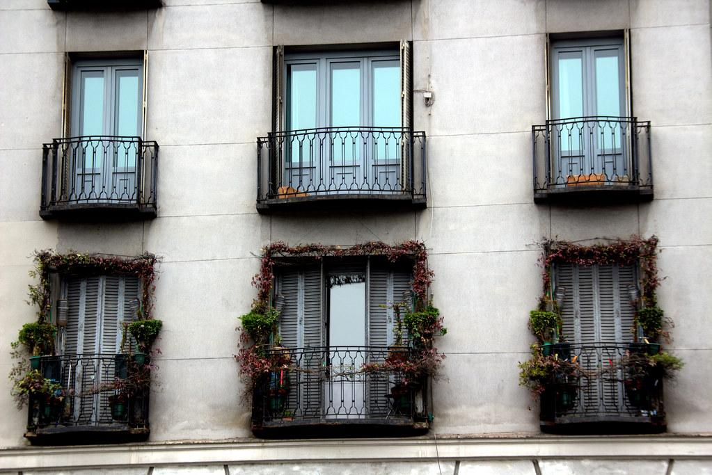 Ventanas con balcón en el Paseo del Prado