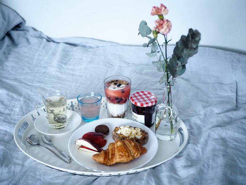 P2052691.jpgSundayBrunchAtHomeInBedBreakfast, brekkie, aamiainen, kotona, home, bed, sänky, tarjotin, tray, ainekset, juoma, ruoka, drinks, foods, tee, croissant, hillo, jam, granola,