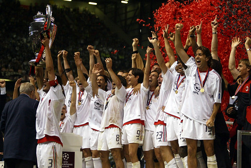 A.C._Milan_lifting_the_European_Cup_after_winning_the_2002–03_UEFA_Champions_League_-_20030528 | by stonehawkmilleneum