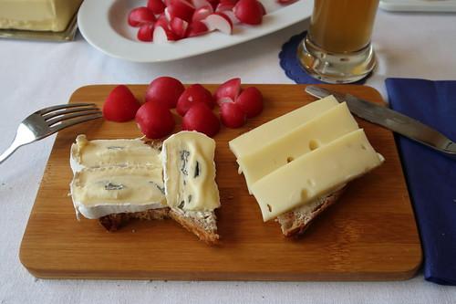 Bavaria Blue und Bergkäse auf Brot