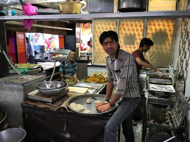 Making samosas at the back of a shop, Jodhpur, India ジョードプル サモサ店の裏手で製造していた職人さんたち