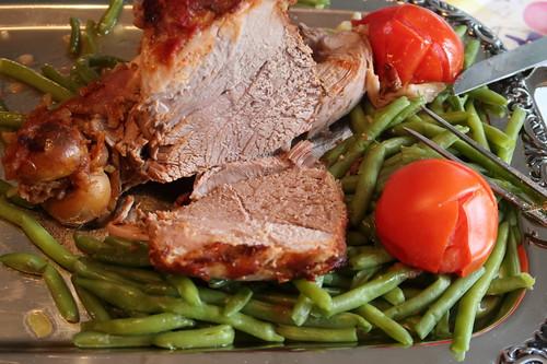 Lammkeule auf grünen Bohnen mit Schmortomaten