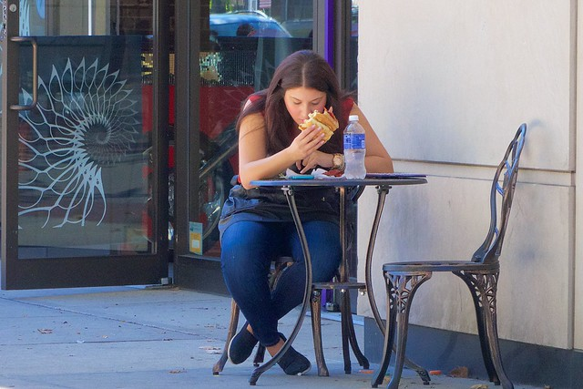 New Yorkers like to eat their lunch alone ...