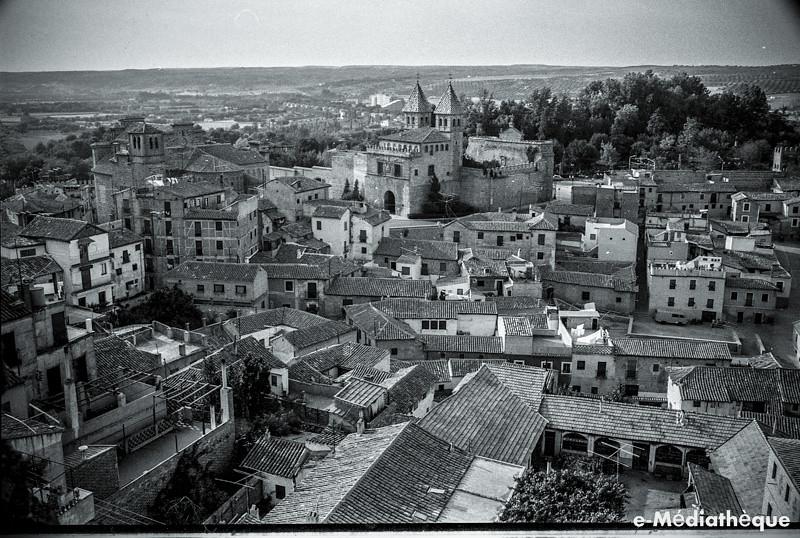 Arrabal de la Antequeruela y Puerta de Bisagra en Toledo en agosto de 1965. Fotografía de Jacques Revault © e-Médiathèque | Médiathèque SHS de la Maison méditerranéenne des sciences de l'homme